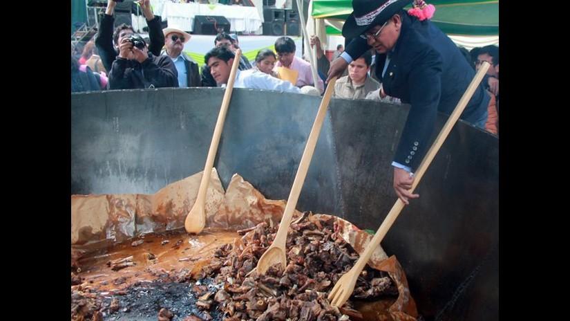 Chicharrón de alpaca más grande del mundo se degustó en Huancavelica ...