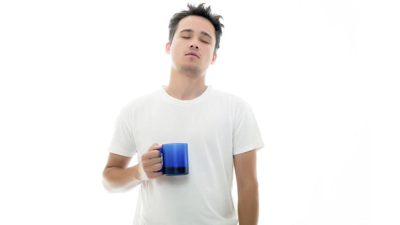 Evita la cafeína, fumar o beber alcohol poco antes de acostarte, porque también deteriora la calidad de sueño.