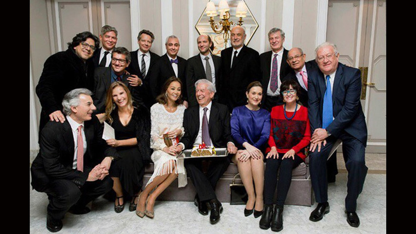 Mario Vargas Llosa, Isabel Preysler e invitados posan en la fiesta por los 80 años del escritor.
