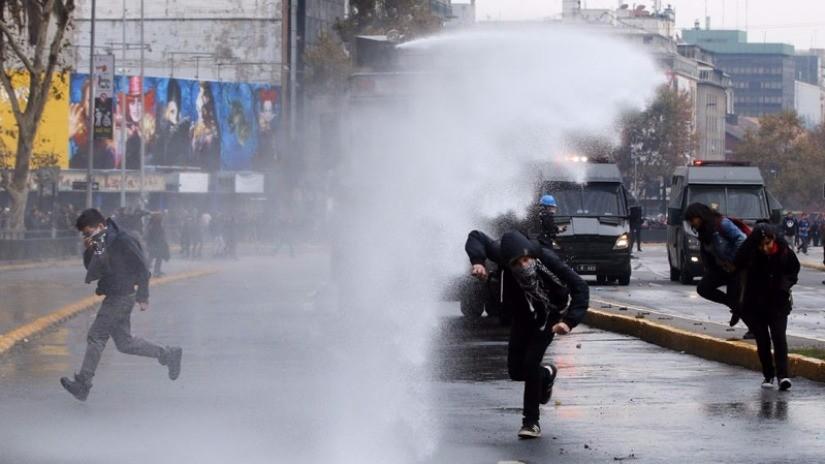 Estudiantes y policía se enfrentan en Chile tras fallida marcha de protesta