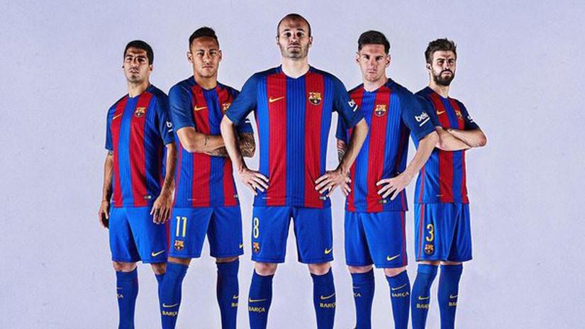 b18c84b171 Barcelona lionel messi neymar modelan la nueva camiseta jpg 825x464 Imigen  2016 uniformes del barcelona