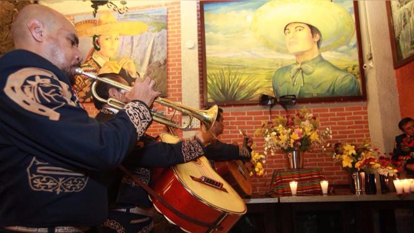 Video: México espera restos de Juan Gabriel para el apoteósico funeral
