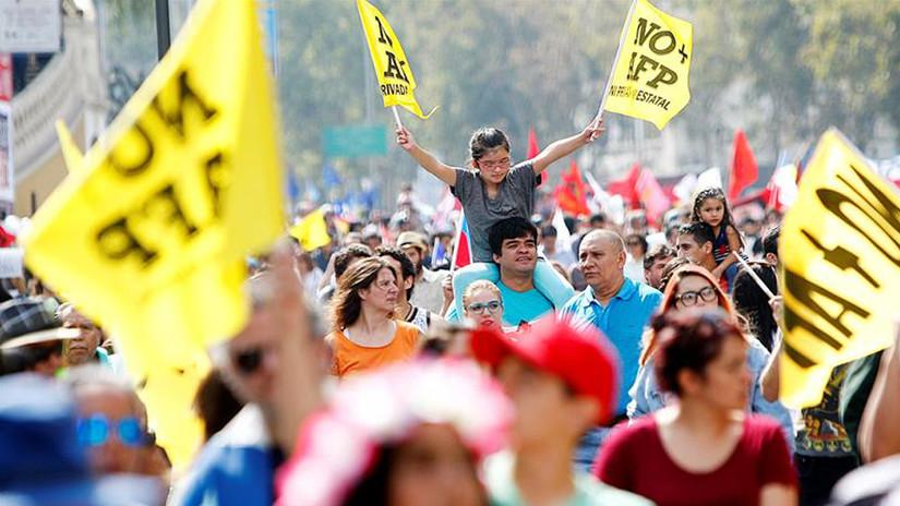 Miles de chilenos salen a las calles y exigen el fin de las AFP
