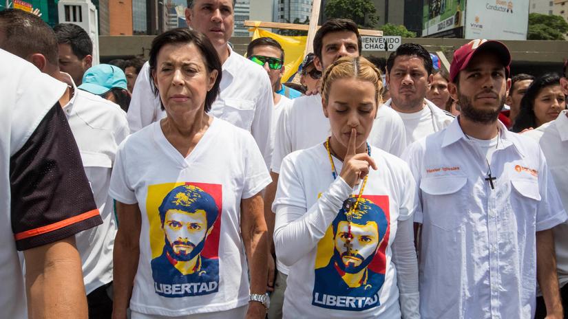 Miles de venezolanos marcharon en silencio por los muertos en protestas