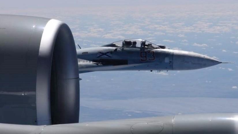 El Pentágono reveló fotos del acoso de un caza ruso a un avión espía de EE.UU.