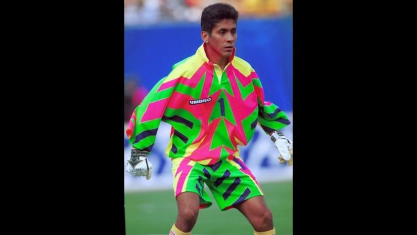 6286a852311 México y la extraña camiseta del portero Jorge Campos para el mundial 1994.