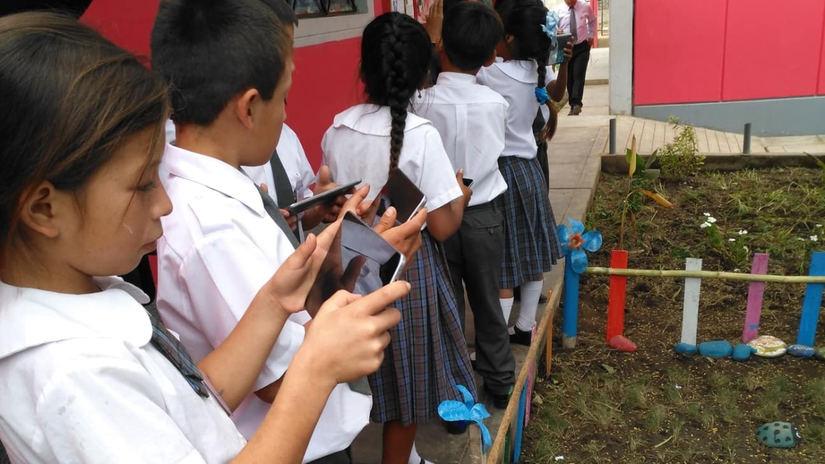 La tecnología permite que los estudiantes exploren y aprendan tanto dentro como fuera de clase.