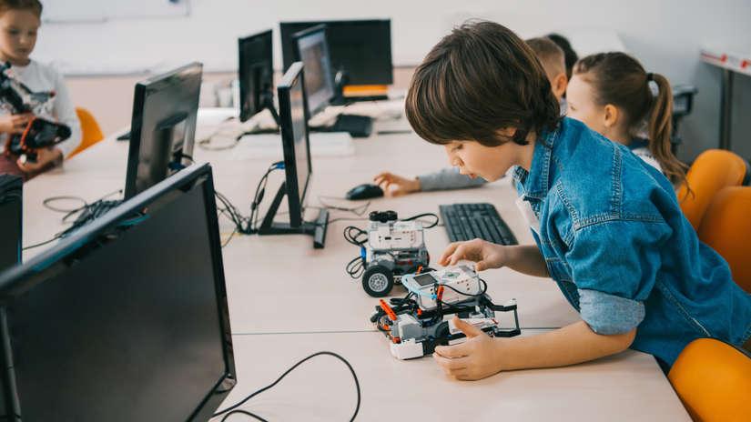 Las nuevas tendencias incluyen clases de robótica y proyectos que incentivan a los estudiantes a desarrollar soluciones para problemas de su comunidad.