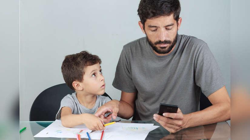 El phubbing es la acción de ignorar a las personas que nos rodean por usar el teléfono móvil.
