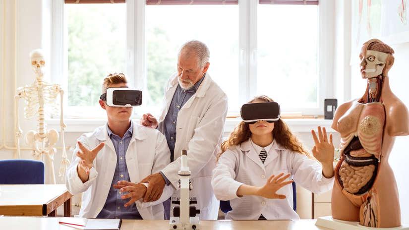 En el campo de la salud, una de las formas de emplear la realidad virtual es para simular partes del cuerpo y prepararse antes de una cirugía.