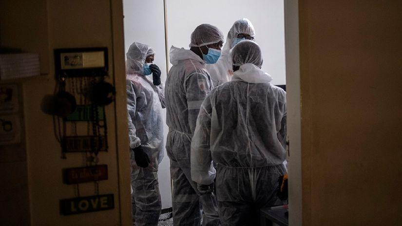 ¿Qué se sabe de la nueva variante de coronavirus hallada en Sudáfrica?