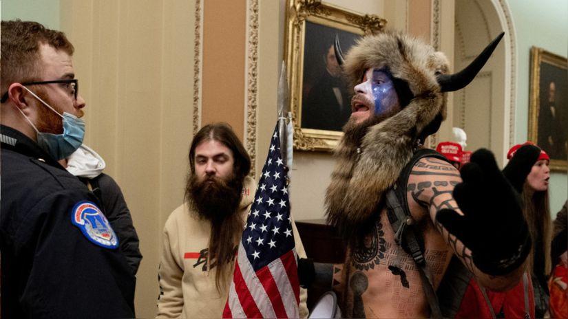 El hombre vestido de bisonte que irrumpió en Capitolio de EE.UU. pide el perdón de Trump