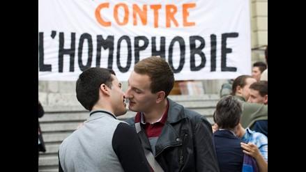 Homosexuales se besan para rechazar la homofobia en Suiza