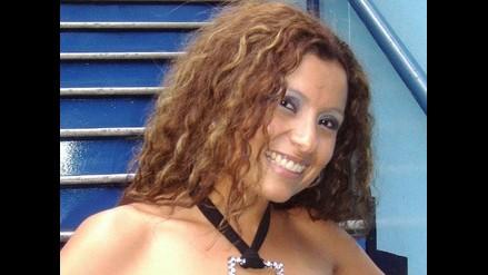 Elizabeth Panchano canta en Brisas del Titicaca