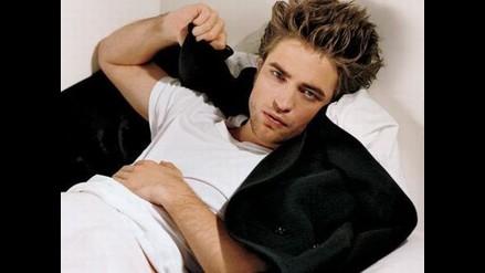 Robert Pattinson: León muerde el brazo del actor