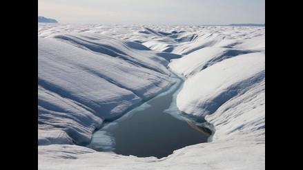 Iceberg gigante se desprende de glaciar en Groenlandia