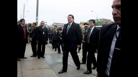 Presidente García acompaña a su hijo en examen de título profesional
