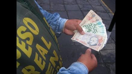 Cambista estafador se disculpa y devuelve dinero a turista chileno