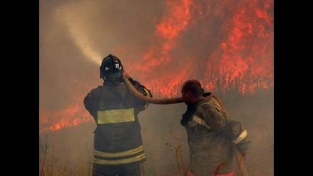 Gigantesca humareda invade Chincha tras incendio en zona forestal