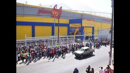 Pesada puerta de supermercado casi mata a niño en Chosica