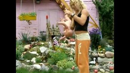 Video muestra a mujer doblando y balanceando bebés