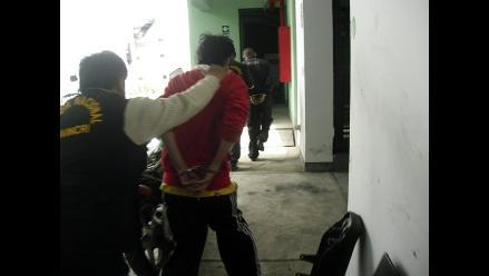 Detienen a ladrón escalando las paredes de una capilla