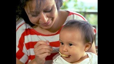 Alimentos sólidos a edad temprana incrementan riesgo de obesidad