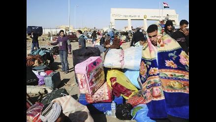 Miles de personas huyen de Libia por represión de Muamar el Gadafi