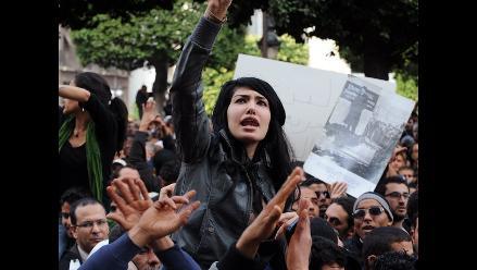 Policía arremete contra manifestantes en Túnez