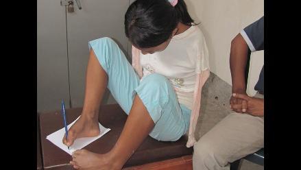 Ejemplo de superación: Niña sin brazos escribe y come con los pies