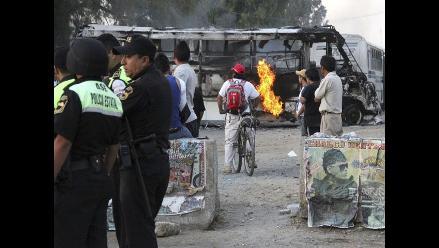 Jóvenes apedrean y queman autobuses en centro de México