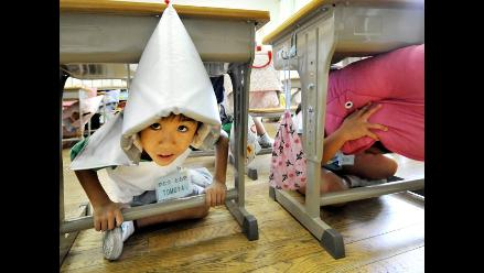 Japoneses se entrenan para afrontar terremotos desde niños