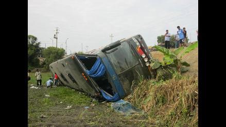 Tres muertos y 11 heridos tras caída de camión en Huaraz
