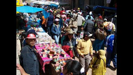 Miles asisten a la Feria de las Alasitas en Puno