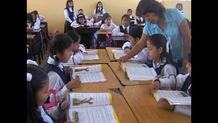 Clausuran colegio donde alumnos recibían clases debajo de escaleras