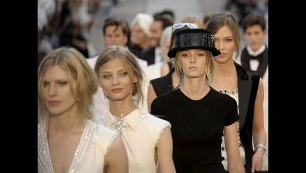 Presentan nueva colección de Chanel Cruise en sexy desfile en Francia
