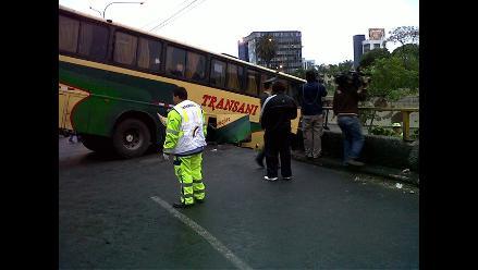 Remolcan bus que se despitó y quedó suspendido en la Vía Expresa