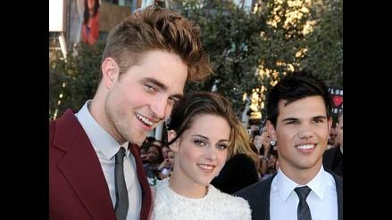 Robert Pattinson y Taylor Lautner simulan apasionado beso