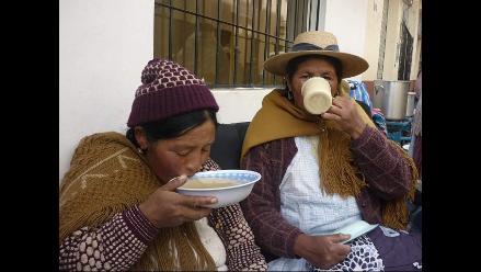 Puneños residentes en Lima brindan desayuno a aymaras afuera de canal