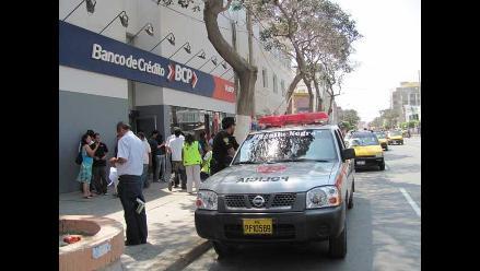 Arequipa: Policía devuelve dinero que encontró en cajero de banco