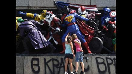 Un grafitero convierte en héroes de revista a soldados soviéticos
