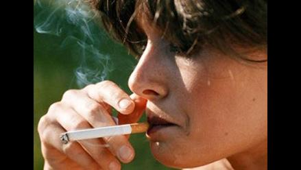 Madres fumadoras transmiten nicotina al bebé por la leche