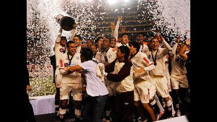 Jugadores de Universitario recibieron premio por campeonar Copa Sub 20
