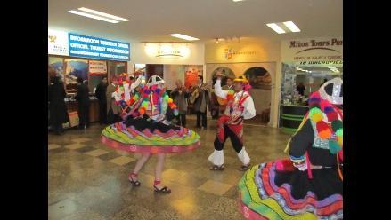 Turistas fueron recibidos con danzas típicas en aeropuerto de Cusco