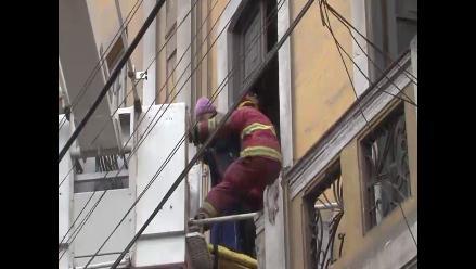 Bomberos rescatan a ancianos atrapados en segundo piso en Barrios Altos