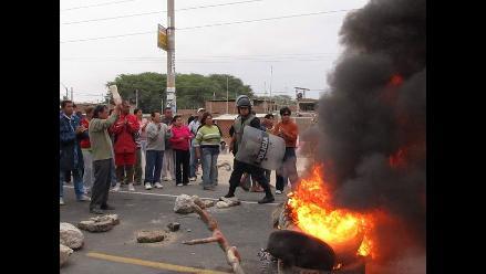 Moradores de Enace y Villa Hermosa bloquean carretera Piura–Sullana