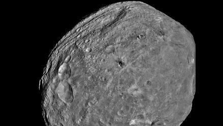 La NASA publicó la primera imagen completa del asteroide Vesta