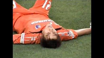 Video: Arquero japonés se olvida del rival y le meten gol