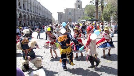 Comerciantes realizaron colorido pasacalle por aniversario de Arequipa