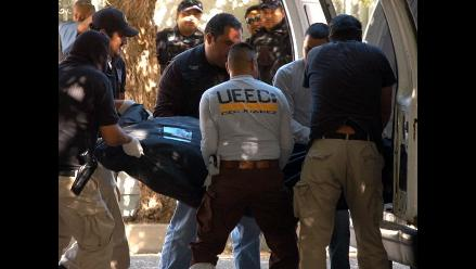 Hallan cadáver decapitado y colgado en puente de México